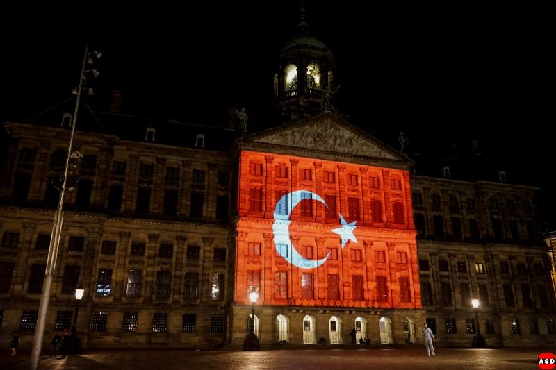 Het Koninklijk Paleis op de Dam in Amsterdam verlicht voor de slachtoffers van de aanslag in Istanbul, Turkije