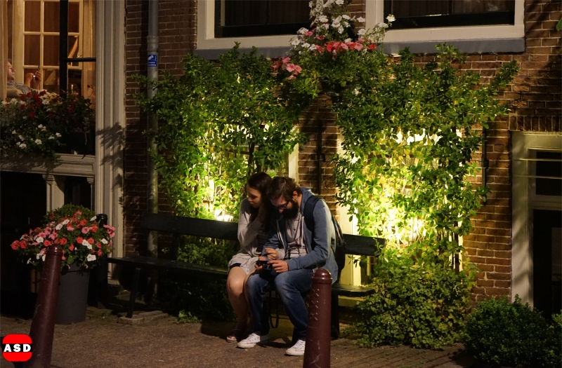 Op een bankje, dat kan in Amsterdam!